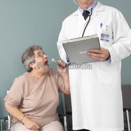 frau schreit in arzt stethoskop