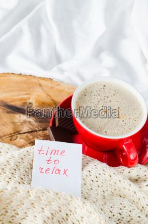 tasse cappuccino und notizen zeit zum
