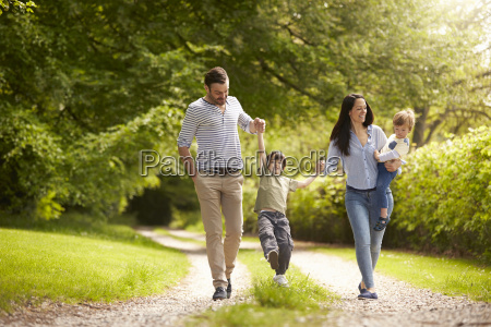 familie die in sommer landschaft spazieren