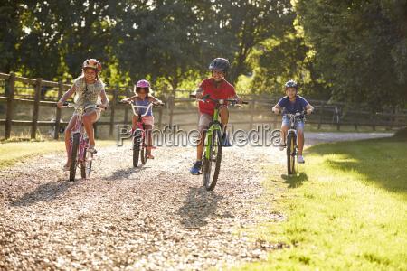 cuatro ninyos en bicicleta en el