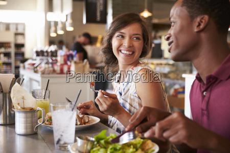 paar geniessen mittagessen im delikatessen restaurant