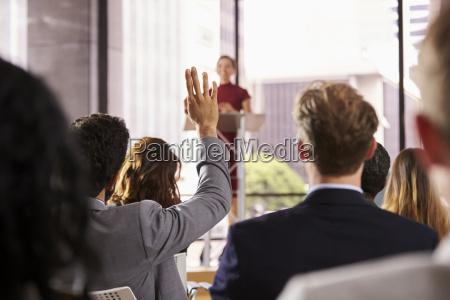 presenter auf business seminar nimmt eine