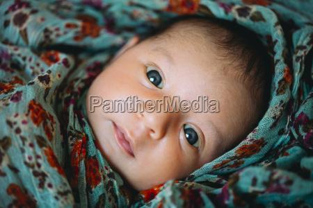 neugeborenes baby in einem blumen decke