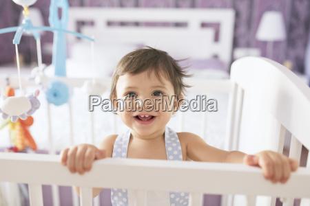 portrait eines gluecklichen kleinen jungen im