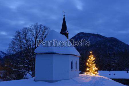 deutschland lenggries kapelle und beleuchteten weihnachtsbaum
