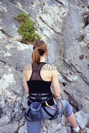 frau bereitet eine felswand zu klettern
