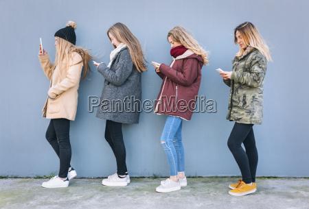 vier junge frauen stehen in einer