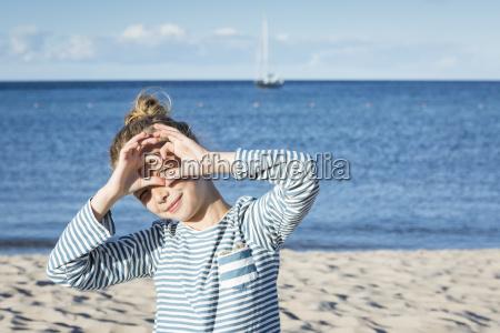 maedchen am strand blickdurch fingerrahmen