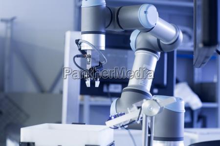 roboterarm in einer sensortechnik