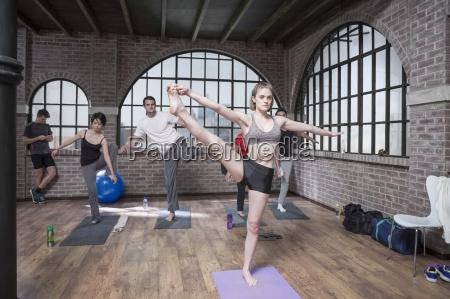 frau instructing yoga kurs