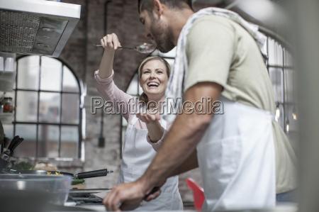 coppia felice cucinare insieme in cucina