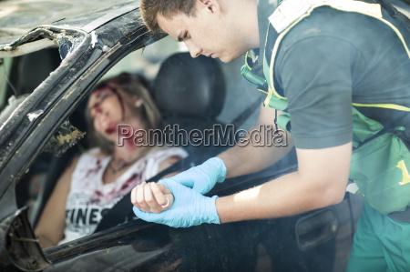 sanitaeter hilft autounfallopfer nach unfall