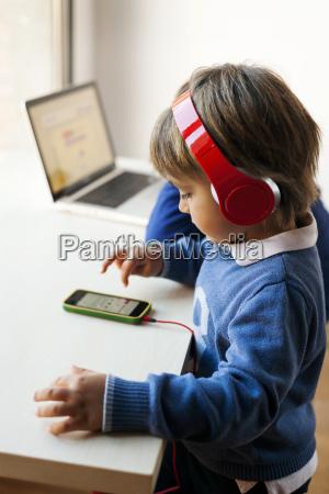 kleiner junge der die musik seines