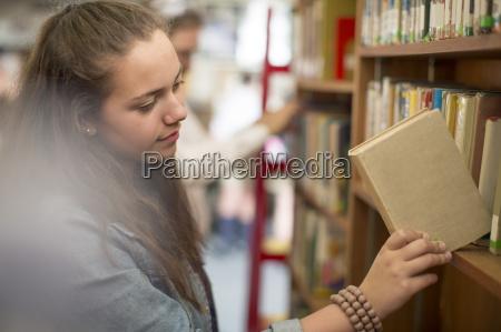 weiblicher kursteilnehmer an der bibliothek setzen