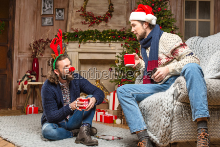 maenner in weihnachten kostueme tee trinken