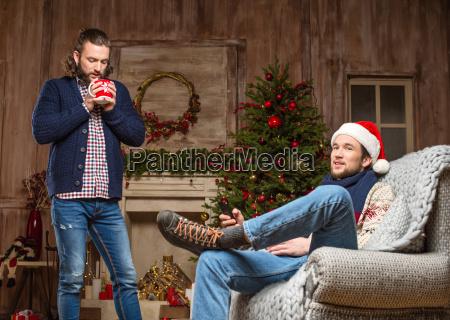 junge maenner warten auf weihnachten