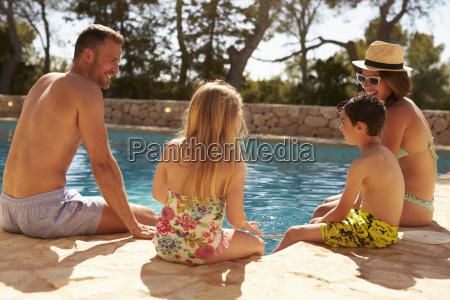 rueckansicht der familie im urlaub entspannen
