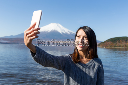 woman capture photo by herself with