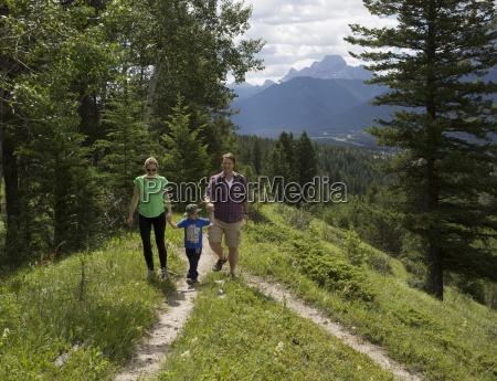junge familie pause bei weggabelung in