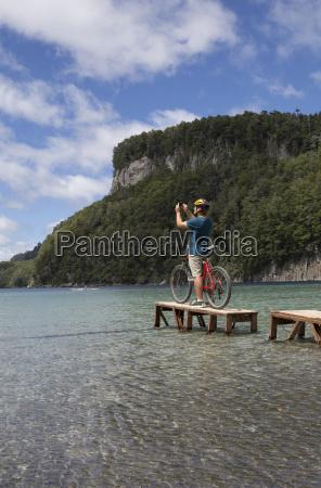 radfahrer nimmt foto auf kleinen dock