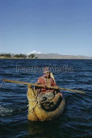aymara inder in einem reedboot titicaca