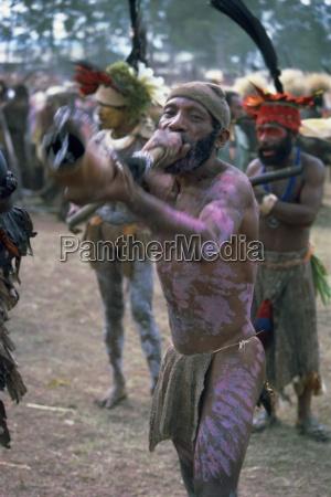 hornspieler aus whagi eastern highlands papua