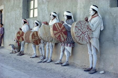 tarahumaras indianer mit ganzkoerperdekoration und zeremoniellen