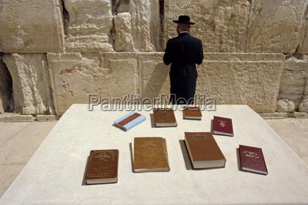 religioese buecher auf dem tisch und
