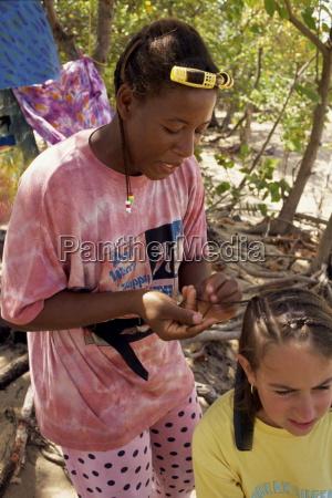 frauen junges maedchen die haare flechten