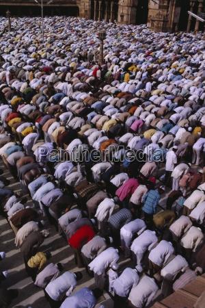 muslime versammeln sich zum gebet in