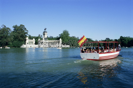 tourist boat on lake parque del