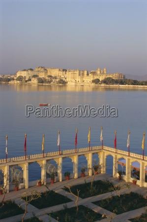 stadtpalast aus dem jag mandir udaipur