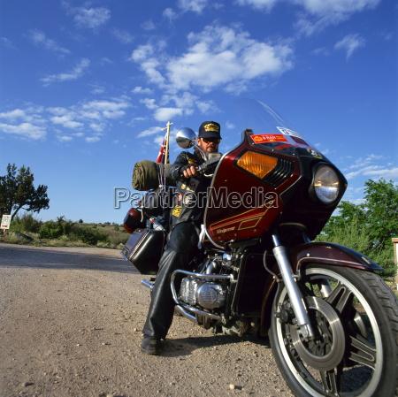 portraet des bikers auf einem harley