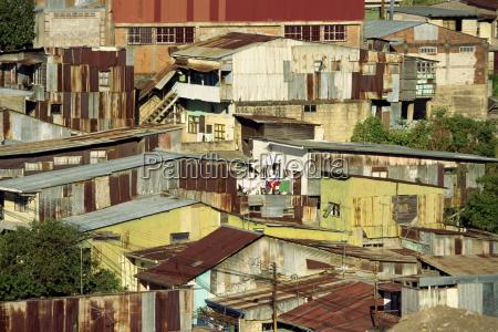 wellblechgebaeude in einem armen barrio noerdlich