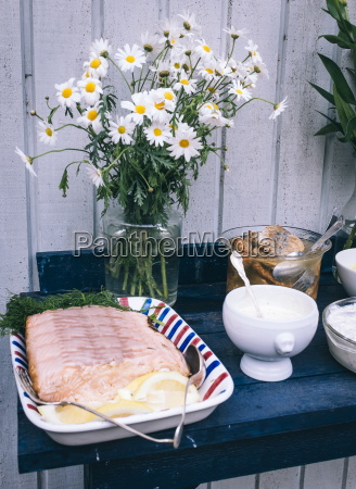tradtional schwedische lebensmittel darunter lachsfilet mit