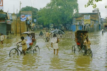 rikschas die durch die monsunfluten in