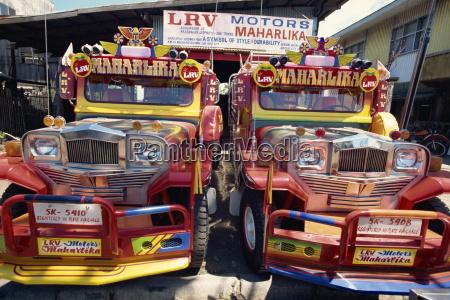paar massgeschneiderte jeepney lkw die allgegenwaertige