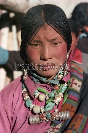 portrait eines tibetischen nomadenfrau mit tuerkis