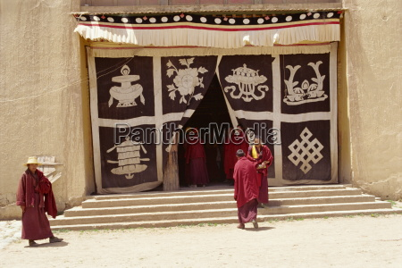 lamas am klostereingang der mit einem