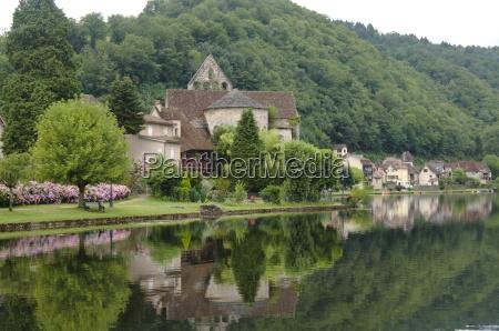 the village of beaulieu sur dordogne
