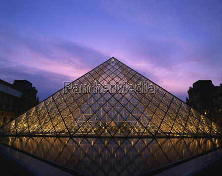 the pyramide du louvre illuminated at