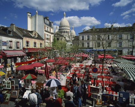 market stalls and outdoor cafes in