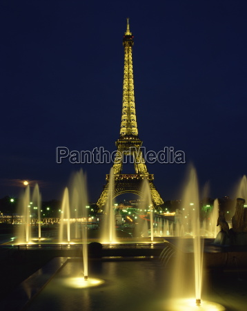 the eiffel tower with water fountains