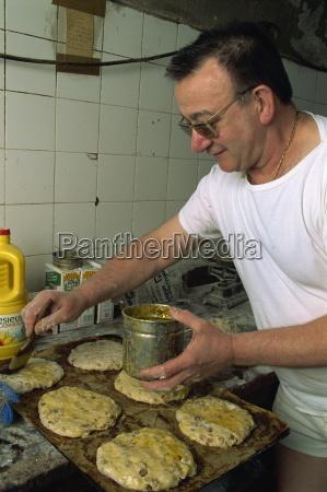 mann macht pain des mortes boulangerie
