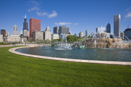 buckingham fountain in grant park with