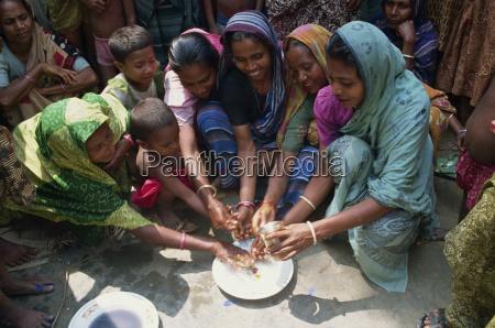 un grupo de mujeres y ninyos