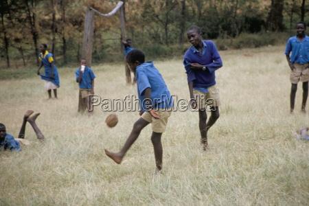 schulkinder spielen fussball westlichen bereich kenia