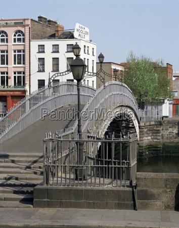 halfpenny bridge over the river liffey