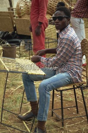 moebeltischler vertraut strassenrand anblick harare simbabwe