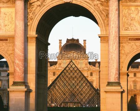 die pyramide und palais du louvre